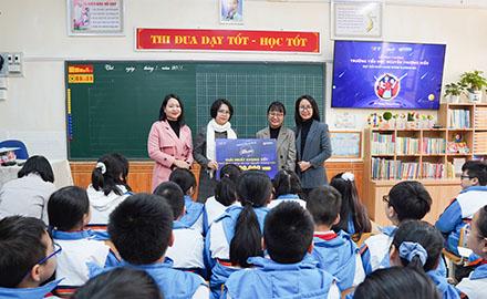 Ban tổ chức AloEnglish trao tặng giải thưởng quán quân cho trường tiểu học Nguyễn Thượng Hiền