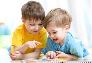 """Làm thế nào để trẻ tự """"chơi đùa"""" với tiếng Anh"""